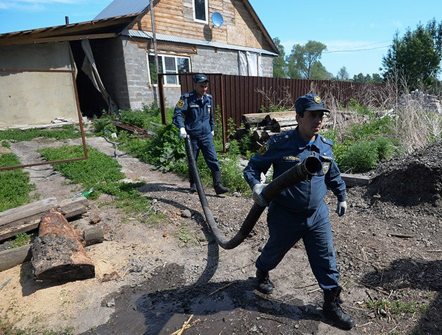 Сотрудники МЧС России откачивают воду из подвалов жилых домов