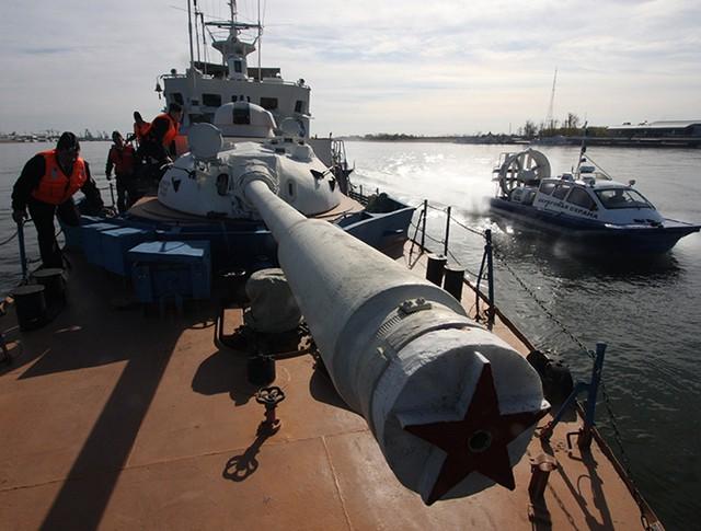 Военнослужащие на палубе пограничного сторожевого корабля