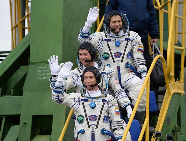Члены основного экипажа 49/50-й экспедиции на МКС космонавт Роскосмоса Андрей Борисенко, астронавт НАСА Шейн Кимброу и космонавт Роскосмоса Сергей Рыжиков (сверху вниз)