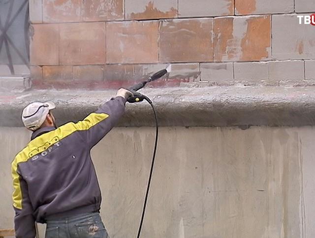 Смывание краски с фасада здания