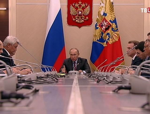 Владимир Путин проводит совещание с постоянными членами Совета Безопасности РФ
