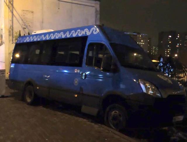 На юго-востоке Москвы маршрутка въехала в группу стоящих на тротуаре людей