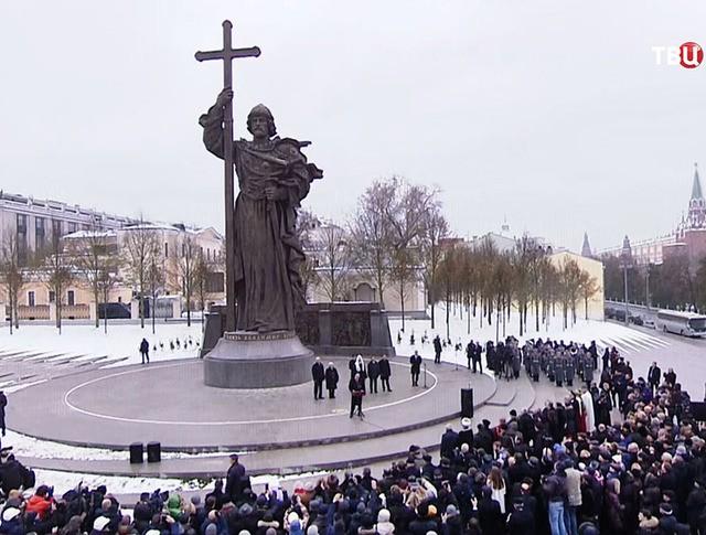Церемония открытия памятника святому равноапостольному князю Владимиру на Боровицкой площади