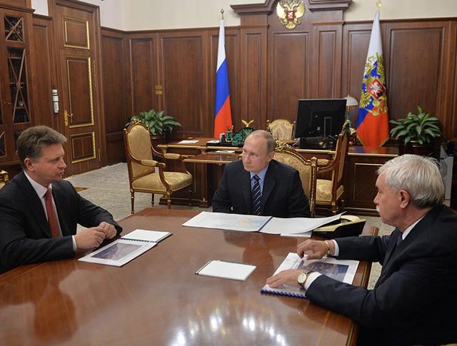Президент РФ Владимир Путин, министр транспорта РФ Максим Соколов (слева) и губернатор Санкт-Петербурга Георгий Полтавченко