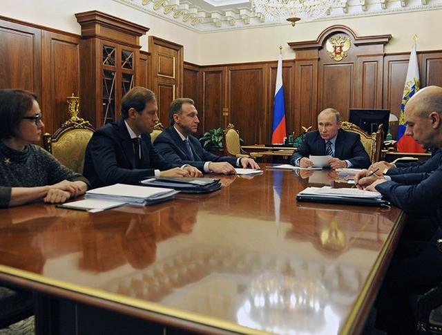 Президент России Владимир Путин проводит в Кремле совещание по экономическим вопросам