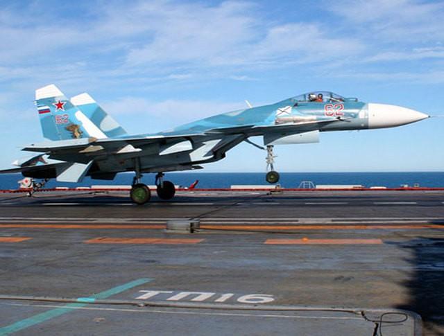 """Истребитель Су-33 ВМФ России приземляется на авианосец """"Адмирал Кузнецов"""""""