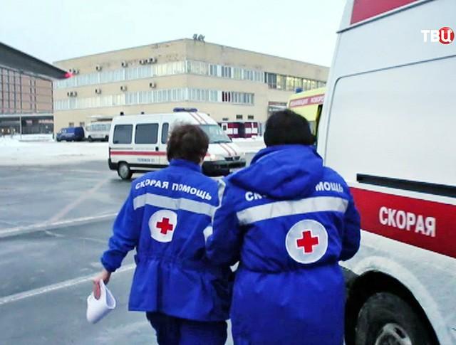 Врачи скорой помощи в аэропорту