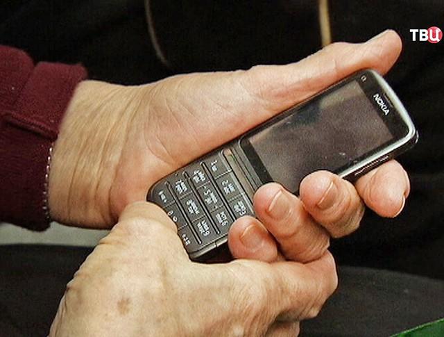 Пенсионер с мобильным телефоном