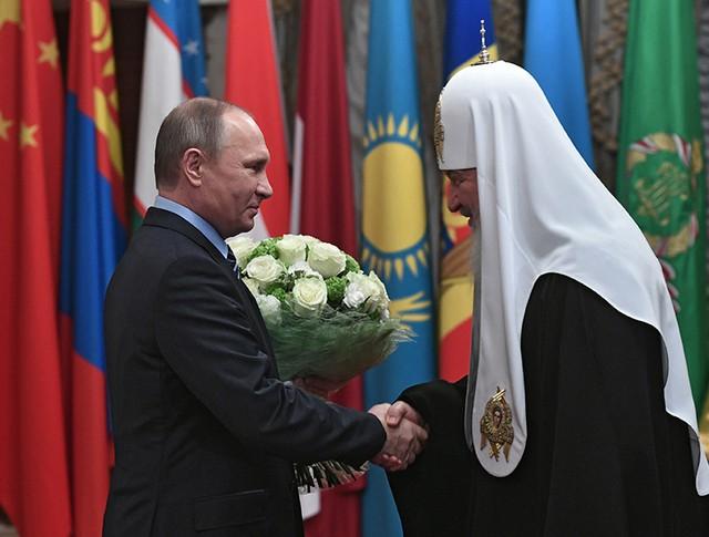 Президент РФ Владимир Путин поздравляет патриарха Московского и всея Руси Кирилла с днем рождения