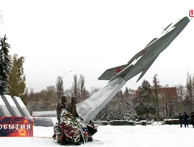 Памятник авиаторам в центре Липецка