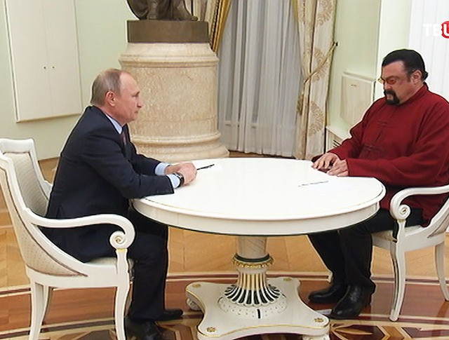 Владимир Путин и Стивен Сигал во время встречи