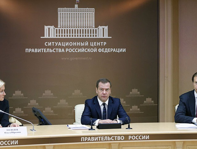 Председатель правительства России Дмитрий Медведев проводит совещание в режиме видеоконференции с участие субъектов РФ о ситуации с задолженностью по заработной плате