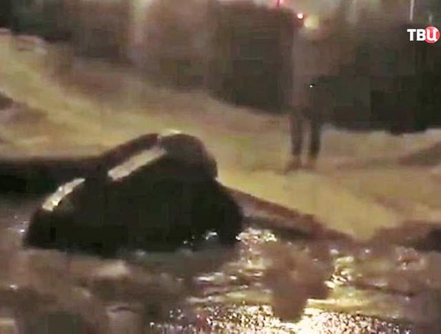 Провалившийся автомобиль под землю