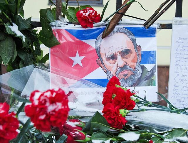 Цветы у посольства Кубы