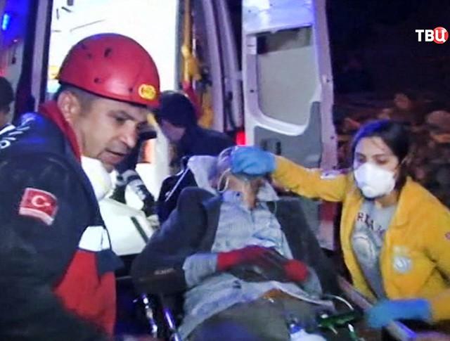 Врачи и спасатели Турции эвакуируют пострадавших