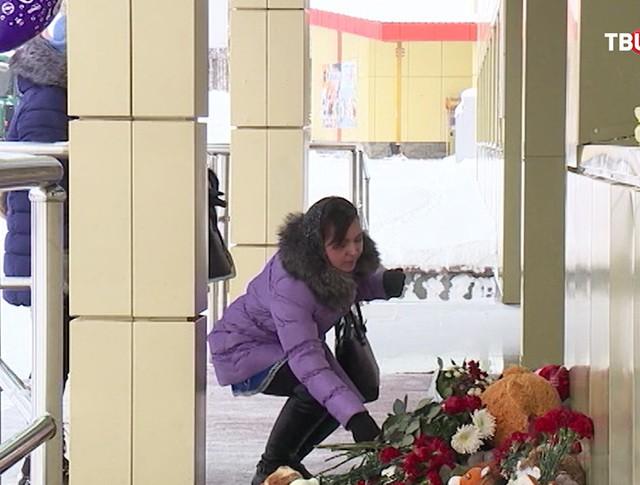 Девушка возлагает цветы в память о погибших в автокатастрофе на трассе Тюмень — Ханты-Мансийск