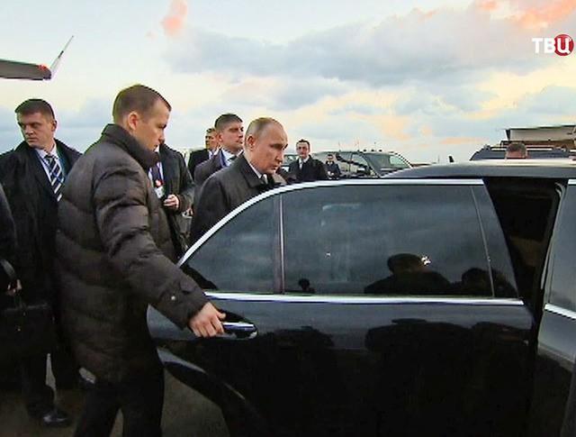 Президент России Владимир Путин садится в автомобиль