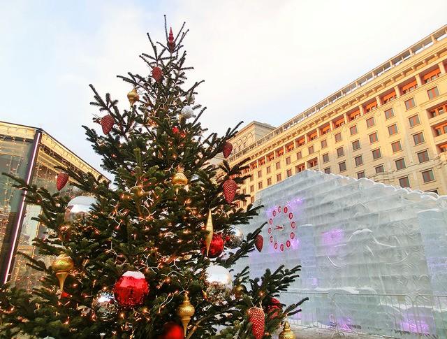 Новогоднее украшение на площади Революции