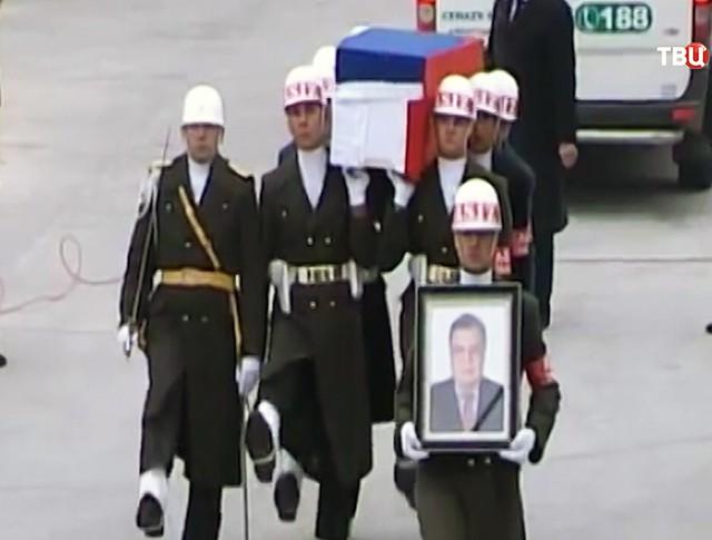 Прощание в аэропорту Анкары с погибшим российским послом в Турции Андреем Карловым