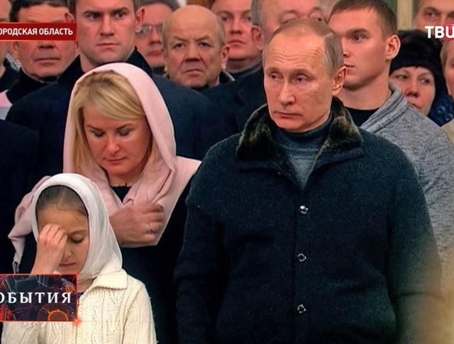 Владимир Путин во время службы в Спасском соборе Свято-Юрьева монастыря в Новгородской области