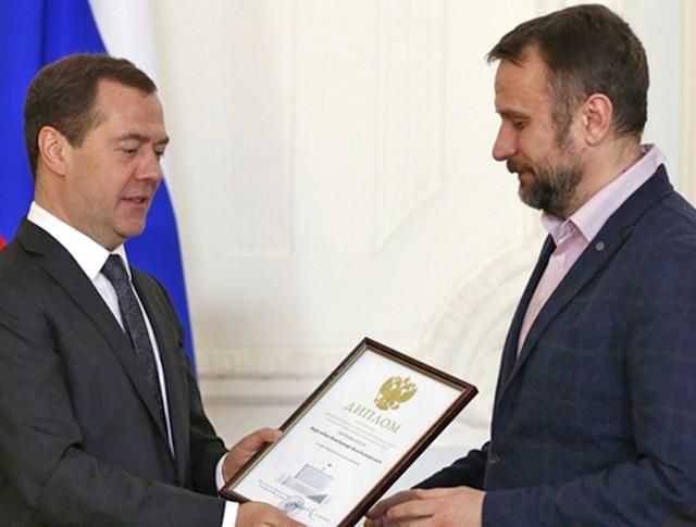 Дмитрий Медведев награждает журналистов правительственными премиями