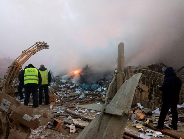 Сотрудники МЧС и военные на месте крушения грузового самолета компании MyCargo Airlines
