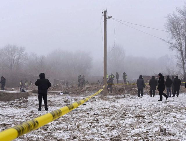 Сотрудники МЧС и военные на месте крушения грузового самолета компании MyCargo Airlines в Киргизии