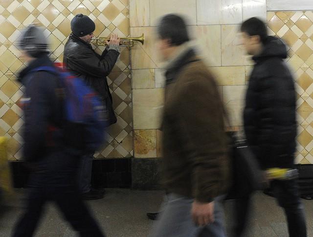 Музыкант в переходе одной из станций метрополитена