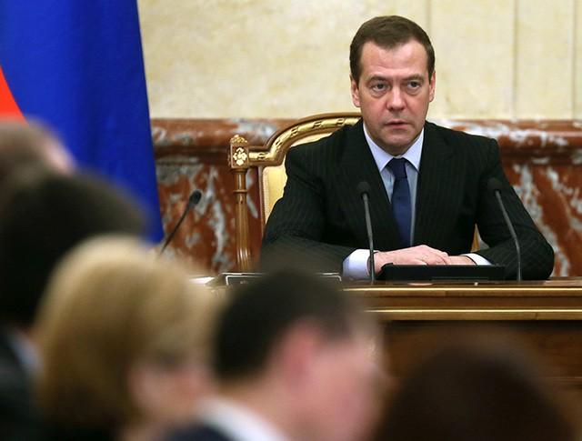 Председатель правительства России Дмитрий Медведев проводит совещание с членами кабинета министров