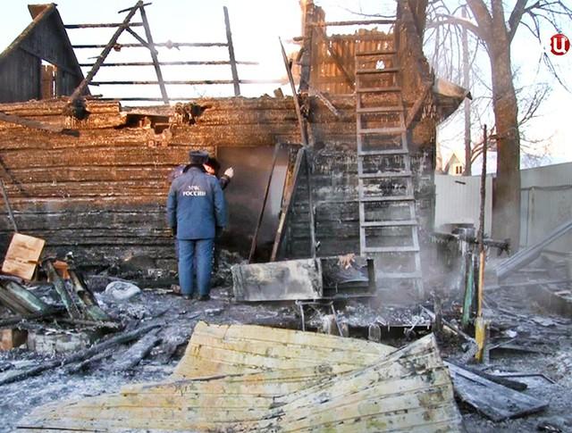 Сотрудники МЧС изучают последствия пожара