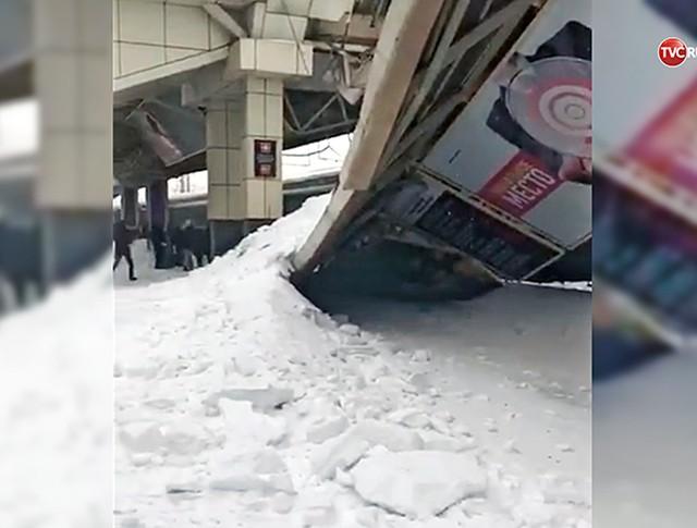 Обрушение навеса на железнодорожном вокзале в Астане