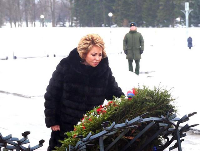 Валентина Матвиенко возлагает цветы