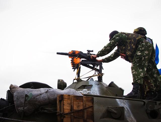 Украинские солдаты ведут огонь из гранатомета