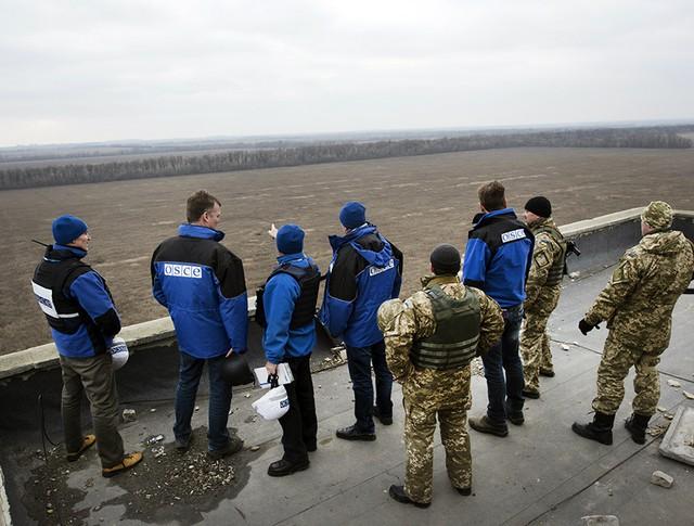 Украинские военные и эксперты ОБСЕ в Донбассе