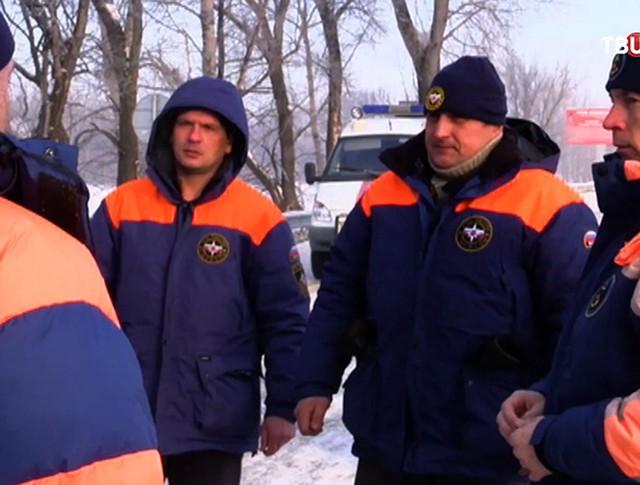 Спасатели МЧС на месте крушения вертолета на Алтае