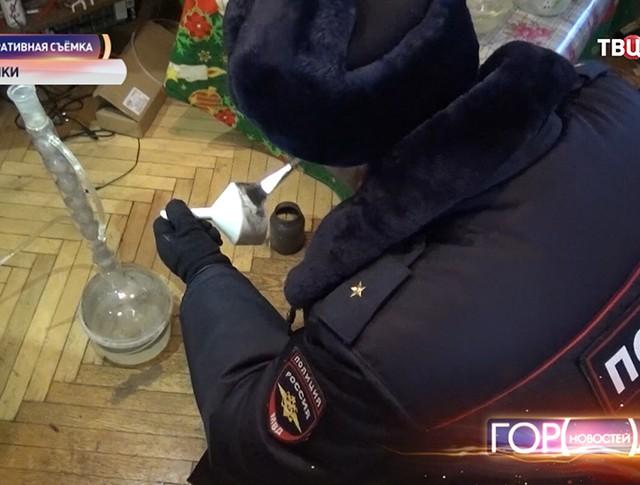 Полицейский во время экспертизы