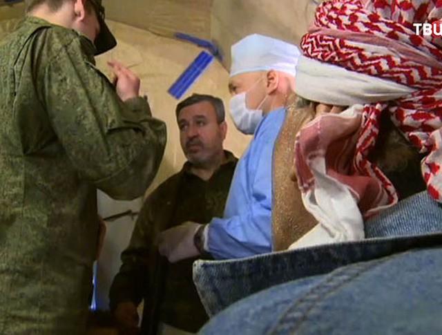 Российские военные медики помогают жителям Алеппо
