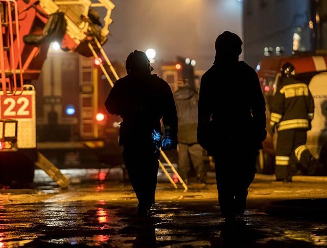 Сотрудники пожарной службы