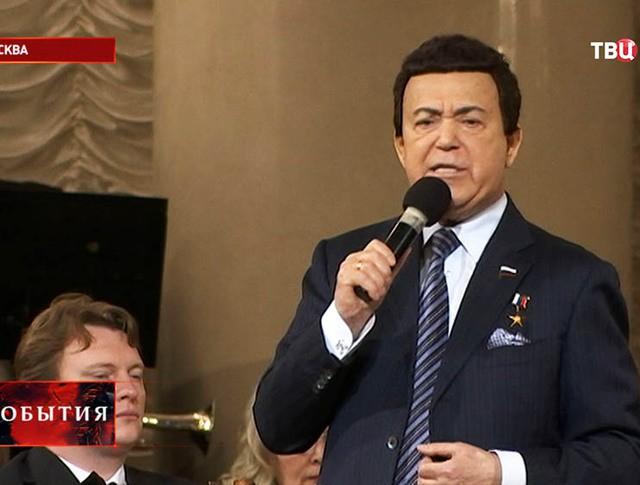 """Иосиф Кобзон во время выступления на фестивале """"Красная гвоздика"""""""