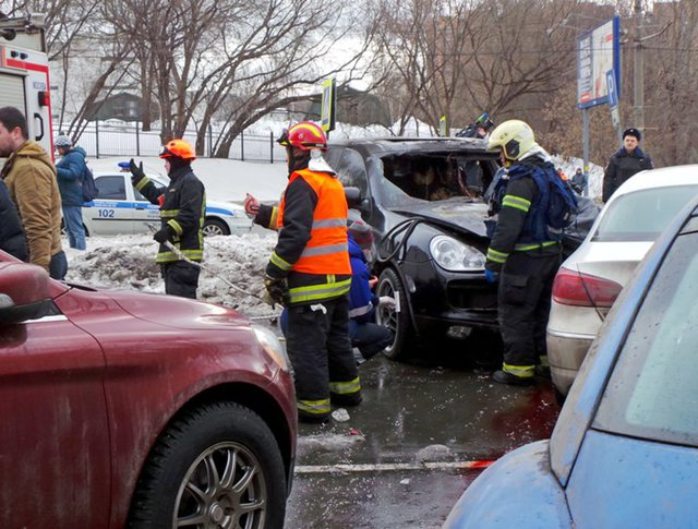 Последствия ДТП с участием автомобиля, сбившего пешехода на ул. Мосфильмовская