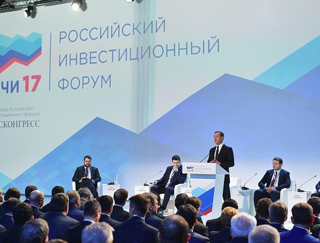 Председатель правительства России Дмитрий Медведев выступает на Российском инвестиционном форуме в Сочи