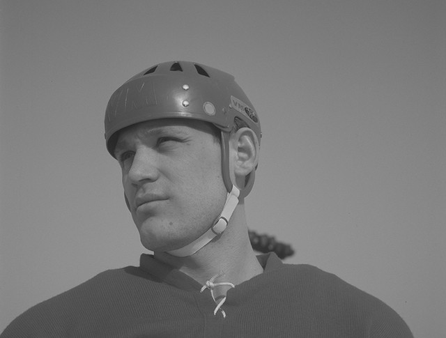 Нападающий сборной команды СССР по хоккею с шайбой Владимир Петров