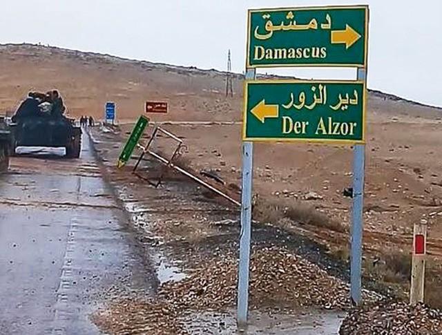 Бронетехника подразделений сирийской армии во время начала штурма окраины сирийского города Пальмира