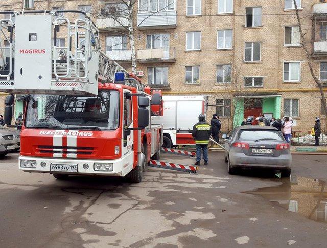 Работа пожарных расчетов на месте возгорания в жилом доме