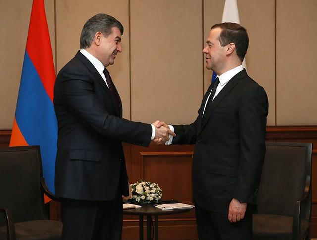 Председатель правительства РФ Дмитрий Медведев и премьер-министр Армении Карен Карапетян во время встречи в Бишкеке