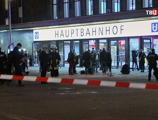 Экстренные службы Германии возле здания вокзала