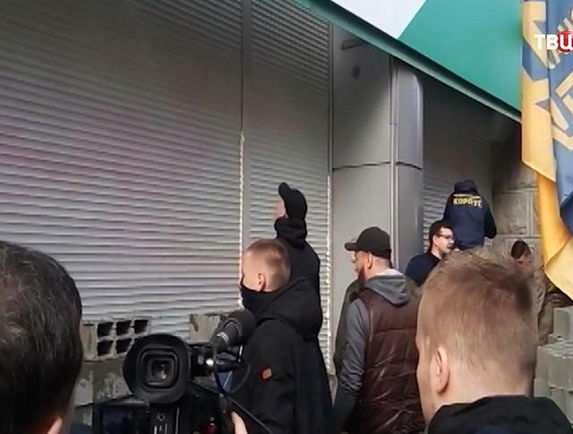 """Радикалы замуровывают витрины и вход центрального отделения """"Сбербанка"""" в Киеве"""