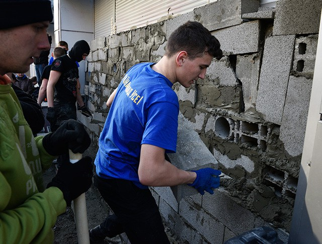 Участники акции закладывают бетонными блоками вход в отделение Сбербанка России в Киеве