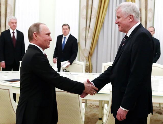 Президент России Владимир Путин и премьер-министр Баварии Хорст Зеехофер
