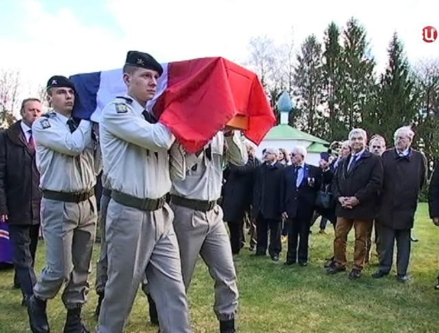 Траурная церемония на кладбище во Франции